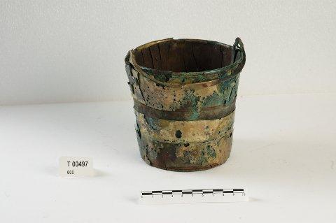 BRUKSGJENSTAND: På Halsan Østre ble det omkring 1860 funnet en trebøtte av barlind dekorert med bronse.