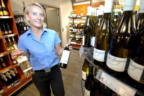 FORVENTET: Trine Wohlen, butikksjef ved Vinmonopolet Levanger, sier det alltid er gode salgstall for vinmonopolet i juli. Dette skyldes turister og fint vær sier hun. *** Local Caption *** Trine Wohlen, butikksjef Vinmonopolet Levanger