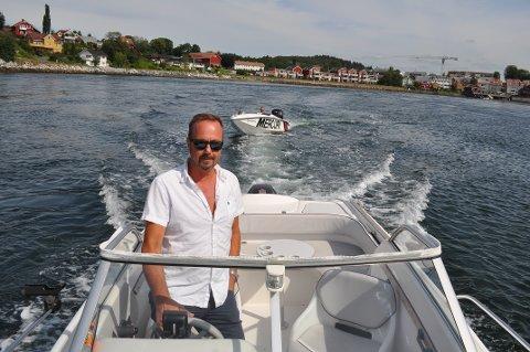 BÅTLIVET: Styreleder i Den Fagre Fjordvei, Geir Jostein Ørsjødal, ønsker å profilere kystlinjen i Inderøy kommune. I båten bak er styremedlem Eddie Erlend Winther.