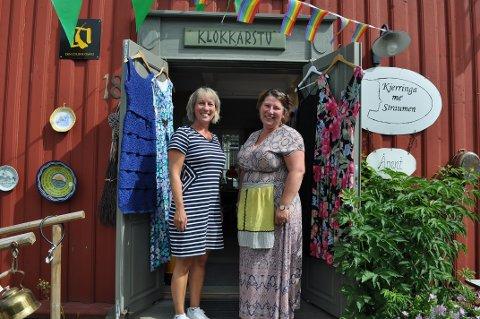 SØSKENBARN: Kristin Johnsen og Anne Kjersti Bakstad er søskenbarn, nå på fredag skal de arrangere quiz sammen.
