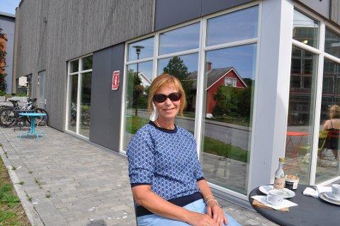 SOMMERPRATEN: Marit Skogset Franssen spiste lunsj fra Marens Bakeri.