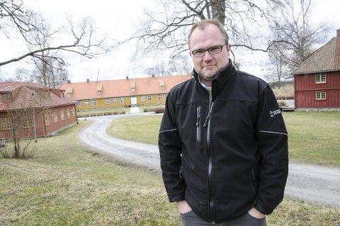 I ekstase: Jørgen Kirsebom kan nesten ikke forstå at hovedtrekkplasteret på Trallausfestivalen faktisk sa ja til å opptre på Blaker Skanse.