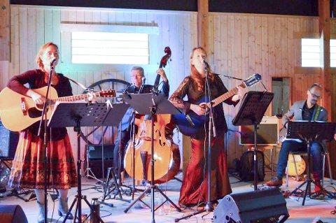 KØNTRIPERLER: Hilde Merete Øverby (t.v.), Hans Ulviken, Siri Merete Malerbakken og resten av bandet formidlet budskap om fred og håp på en samstemt måte. FOTO: KORNELIA ÅLESKJÆR