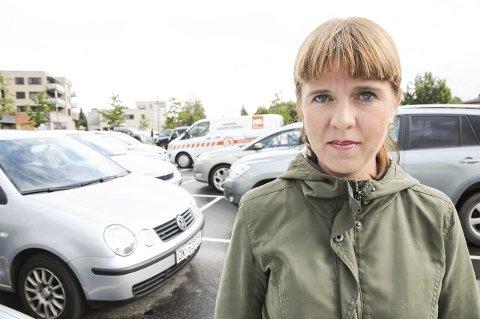 Mange biler: Topplistekandidat Eline Stangeland i Miljøpartiet de Grønne vil jobbe for å redusere biltrafikken i Sørum.Foto: Anita Jacobsen