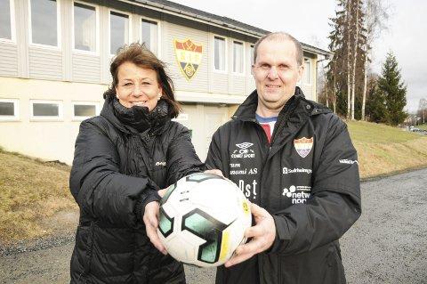 Vil du være med?: Leder Siw Håkonsen Lie i fotballgruppa og trener Roger Melby ønsker flere spillere til damelaget på Sørumsand.