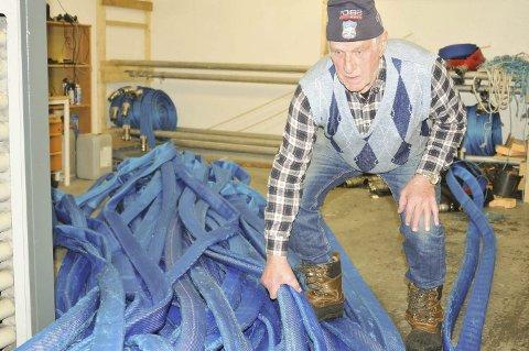 I FULL SVING: Roald Severinsen i gang med å rulle opp og få slangene på plass igjen etter kunstsnøproduksjonen på Hvalstjern.Begge foto: Øivind Eriksen