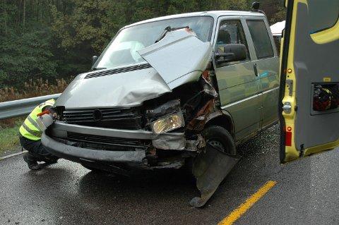 HARD MEDFART: Slik så den ene bilen som var involvert i ulykka i Fjellsrudkrysset i ettermiddag ut etter sammenstøtet. Foto: Per Christian Utsigt