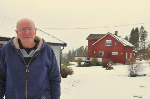 Flyttefot: – Det blir litt rart, sier Tor Granerud. Etter å ha blitt født på Hvitås i Gansdalen og bodd der i alle sine 74 år, går flyttelasset for han og kona Kari nå østover til Bjørkelangen. Foto: Øivind Eriksen