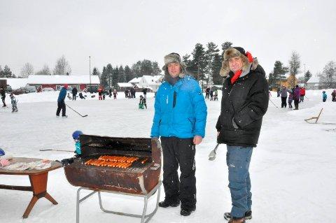 ILDSJELER: Knut Rognhaug (t.v.) og Christian Bjarkum har vært blant de som har sørget for skøyteis på Aursmoen i en årrekke. Takket være Aurskog-Høland kommune har de nå fått strømmen tilbake ved anlegget.