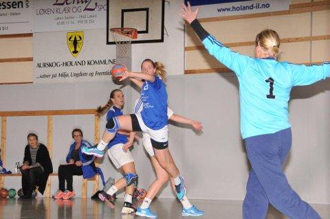 TØFF DAG PÅ JOBBEN: Kantspiller Stine Lill Holmedal Berg hadde full dag på jobben og var ikke av banen i løpet av kampen. Her scorer hun ett av sine fem mål.