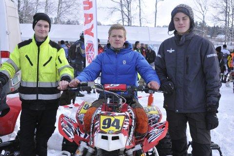 KLARE: Jostein Quille (t.v.) Joakim Granli og Marcus Tømmerholen er klare for en dag på isen med sine ATV-er.