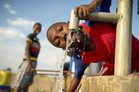 – Gjorde vondt å tisse: Wilson fra Tanzania har fått forbedret livskvalitet takket være brønn med rent vann.