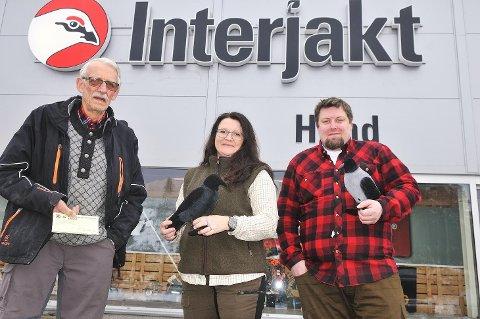 KRÅKEJAKT: - Kråkebestanden bør reduseres, mener Oddebjørn Nordli i Bjørkelangen JFF (t.v.) og Mona Holmbro Engebretsen og Jesper Maj Larsen i Interjakt Bjørkelangen.
