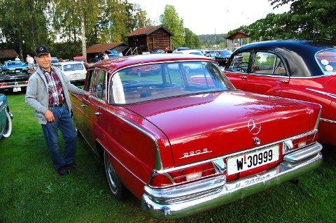 Mercedes-fan: Kai Evenby er lidenskapelig interessert i veteranbiler, spesielt Mercedes, og har utallige timer med restaureringsprosjekter. På Bygdetunet kom han kjørende i rød Mercedes fra 1964.