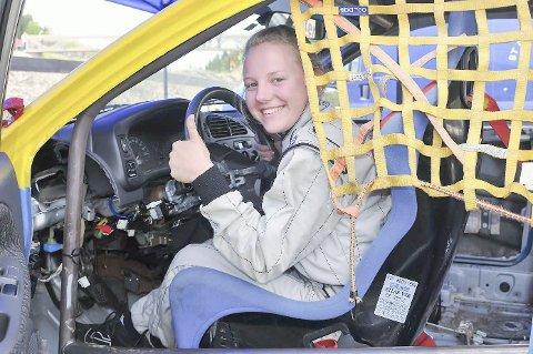 TOMMELEN OPP: Hemnesjenta Robin Celine Stensrud debuterte i Himmelspretten. Og med andreplass i sitt andre heat var det tommelen opp. – I det første hadde jeg bilen i fri da startskuddet gikk. Det var ikke lurt, ler den 17-år gamle fartsglade jenta.
