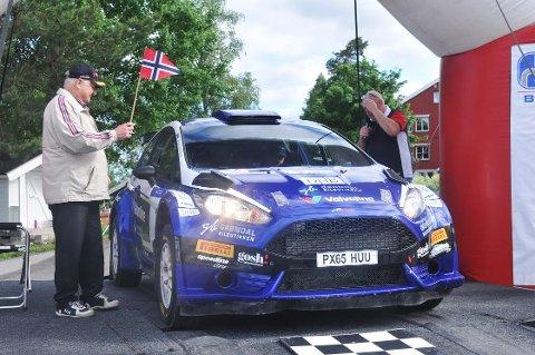 I GANG: Aurskog-Høland Rally 2017 er i gang. Her sender starter Odd Moseby første startende, Anders Grøndal  ut fra startrampa på Kjelle skole. BEGGE FOTO: ØIVIND ERIKSEN