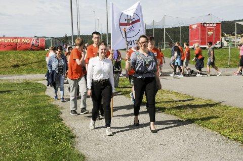 I front: Line D. Bekkestad fikk være med ordfører Marianne Grimstad Hansen på jobb en hel dag. Her leder de innmarsjen for Sørumlekene. Begge foto: Anita Jacobsen