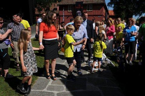 Flotte rammer: Statsminister Erna Solberg kunne ikke drømt om en bedre dag å besøke Blaker Skanse på.