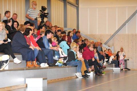 SOLID SUPPORTERSKARE: Tribunene i Søndrehallen var godt besatte  da SHIULs damer spilte den første seniorkampen i klubben på 30 år. Foto: Øivind Eriksen