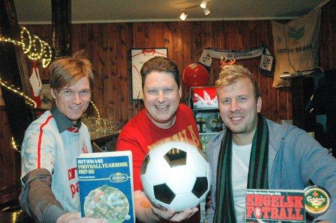 QUIZ: Terje Kleven (t.v.), Roger Ødegård og Christian Holth ber inn til fotballquiz i Tyst Bar 22. januar.