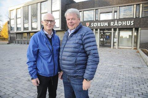 Vil avvente: Lars Tallhaug (t.v.) og Tom Berntsen i Sørum Ap ber posisjonen ha is i magen og ikke selge rådhustomta på Sørumsand ennå.Foto: Anita Jacobsen