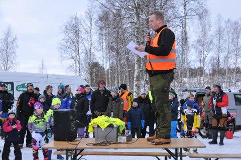 ØNSKER VELKOMMEN: Søndag kan Thomas Ottesen i NMK Aurskog-Høland ønske velkommen til ny motorfestival på Setten, som han gjorde i fjor da dette bildet ble tatt. Foto: Øivind Eriksen