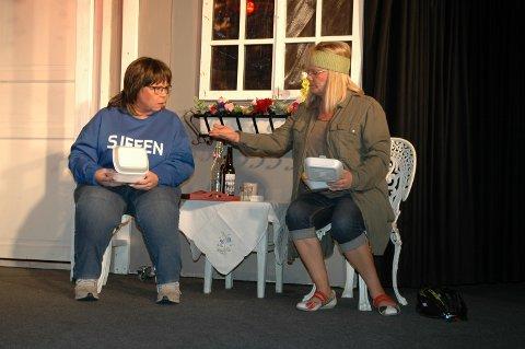 Kortreist mat. Trude Smith serverer Mette Sperre (Mona Lundblad) gjeddeburger godt krydret med gummikuler fra kunstgressbanen på Fedrelandet. Foto: Per Christian Utsigt