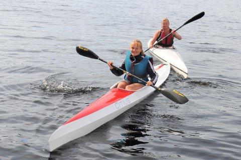 TRIVES PÅ SETTEN: Camilla Olberg (i forgrunnen) og Nina Hammer var to av deltakerne på Setskog IFs padlekurs. Foto: Øivind Eriksen