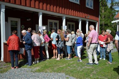 DUGNAD: Stiftelsen Aur Prestegård drives for det meste av dugnad. Indres redaktør ber flere vise dugnadsånd.