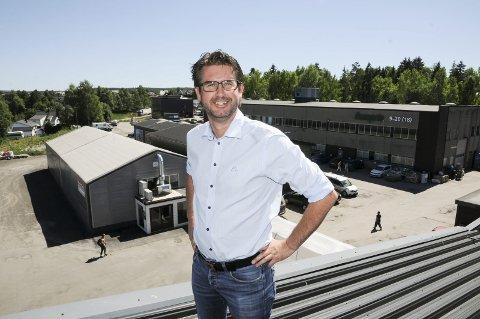 Store planer: Sørumsand industribygg og daglig leder Stig Nyengen ønsker å utvikle området i bakgrunnen med rundt 300 leiligheter. Foto: Anita Jacobsen