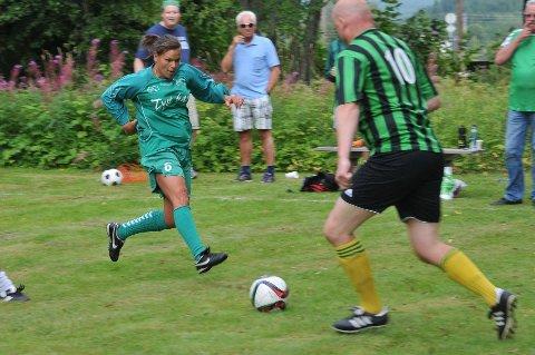 PÅ LINJA: Katrine Nysveen, her i kamp mot FIFs Ulf Harethon, skal ikke spille for AIL i år. Den tidligere europamesteren, norgesmesteren og moroseriedommeren skal derimot gå på linja under årets kamp. FOTO: ØIVIND ERIKSEN