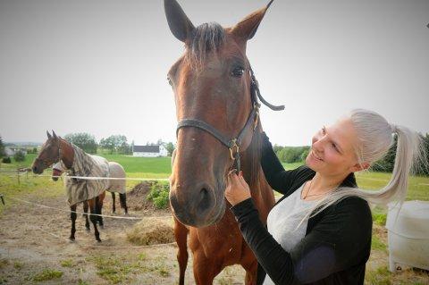 LYKKEPILLER: Hester er mine lykkepiller, sier Mina Haug. 24-åring har lisens både som travkusk og jockey. Her sammen med traveren sin, Girlstein MH.