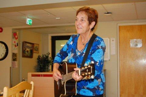 Grethe Halvorsrud er en sprek og aktiv, og spesielt blid 70-åring, og raus med gode klemmer. Hun tenner lys for små og store med musikalske gleder, og besøker jevnlig sykehjemmene i Aurskog-Høland. Foto: Bodil Stigen Dammerud
