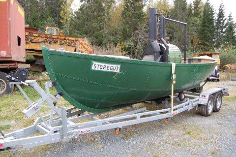 KASTER LOSS: Dampbåten «Storegut» klar for transport fra veterangarasjen til Terje Bjørklund på Hemnes.