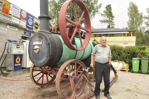 MANGE PROSJEKTER: Terje Bjørklund har restaurert mange gamle maskiner opp gjennom årene. Her med en lokomobil fra 18-tallet.