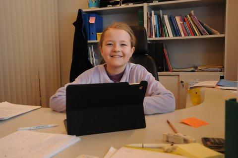 Søkte jobb: Andrea Granaas (9) fra Blaker fikk prøvesitte rektorstolen ved Fjuk oppvekstsenter.