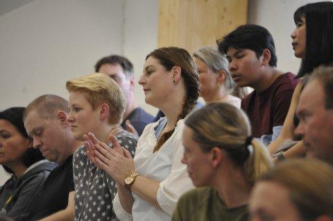 Klappet og heiet: Publikum i aksjon under det første konkurransestevnet i Bjørkebadet.