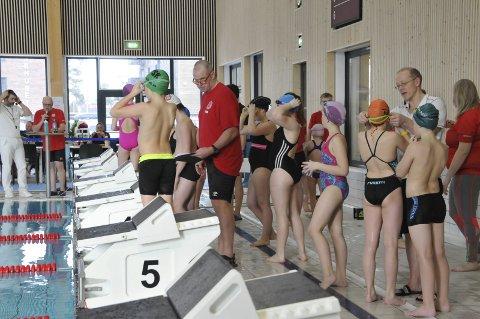 Stafett: Spenning før start i en av stafettene mens BSFs svømmegruppes leder Finn Herlofsen gjør alt klart.
