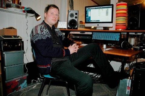 FRILANSER: Ole Johannes skriver om musikk samt synger og spiller på heltid - omsider.