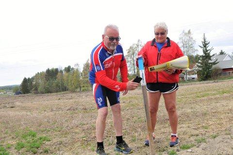 KLARE FOR NY STOLPEJAKT: Torunn og Kjell Lysaker fra Aurskog er klare for et nytt stolpejaktår. – I fjor tok vi 1.048 stolper, i år er målet flere sier ekteparet som farter Østlandet rundt. Tirsdag 7. mai begynner Stølpejakta i Aurskog-Høland. Da er vi klare fra morgenen av, sier de lidenskapelige stolpejegerne. Foto: Øivind Eriksen