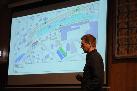 Informerte: Prosjektleder Tom-Erik Rørholm i Bane Nor ga naboer informasjon om arbeidene ved Sørumsand stasjon.