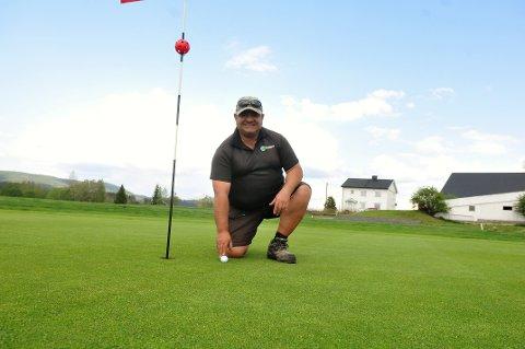 GREENENES HERRE: - Greenene på enhver golfbane må pleies minst like godt som den du bor sammen med, sier Romerike Golfklubbs greenkeeper Manuel Scanchez. Begge foto: Øivind Eriksen