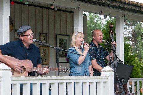 TIL TELLFORTELL: Hølandsbandet Åkerland spilte på Tellfortell-festivalen da trioen var helt fersk i 2016. Nå returnerer de. FOTO: PRIVAT