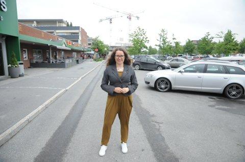 Nytt sentrum: Ordfører Marianne Grimstad Hansen i Sørum er fornøyd med at bilene om noen år er fjernet fra gateplan på Sørumsand.