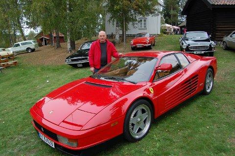 – Det er cirka 18 i Norge av denne sportsbilen fra Italia, kjøpt i USA. Den kalles egentlig superbil, har mye større motor enn sportsbil, sier Tommy Moe fornøyd. Foto: Bodil Stigen Dammerud