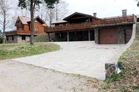 Eiendommen, som blant annet består av dette huset og et hyttefelt, er solgt for til sammen 30,5 millioner kroner. Prisantydning var 40,2 millioner.