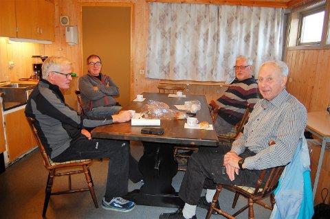 BOLLER OG MIMRING:  Ei solid pause med boller og mimring om gamle dager hører med for dugnadsgutta av «Fiin gammel aargang» i AHF. Fra venstre: Finn Løkeberg, Kjell Erik Bernhus, Øyvind Olsen og Sven Olberg.