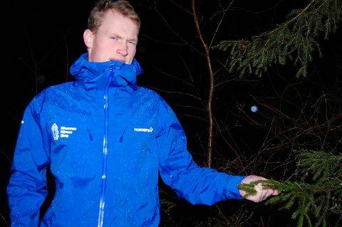 FIKK STIPEND: Nils Hidle Gedde fra Setskog er klar for et yrkesliv med fokus på skog. Forleden mottok han et stipend for beste bacheloroppgave ved Høgskolen i Innlandet - Evenstad. Foto: Øivind Eriksen