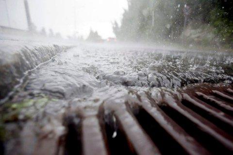 VÅTT: Den verste nedbøren er over i løpet av mandag formiddag, sier meteorologen.