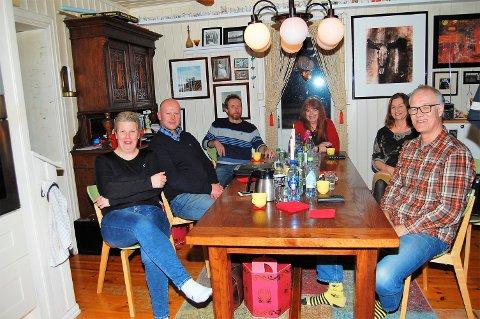I MÅL: – Nå er alt på plass slik at VEV Romerike kan få knyttet oss til verden med fiberbredbånd, sier prosjektgruppa bak full bredbåndsdekning til Dalsroa: Nina Granerud Fjeld (t.v.), Olav Fjeld, Terje Klufterud, Kari Meyer, Betty Hvalsengen og Dag Bjørnstad. Ole Geir Gjørvad var ikke til stede da bildet ble tatt.